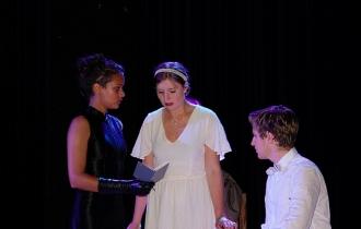 Bei der Befragung der frisch Verlobten Sheila Birling (Clara Berger) und Gerald Croft (Sean Krusch).