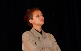 Die Inspektorin, dargstellt von Rebecca Renz.