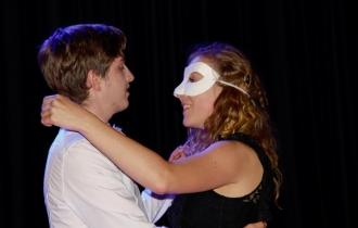 Gerald tanzt mit Eva Smith (Mira Gerbode) ihren letzten Walzer.