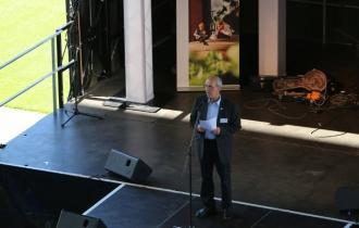 3 Rudolf-Werner Dreier, der Pressesprecher der Uni hält die erste Ansprache des Tages