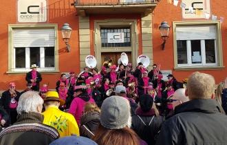 Der Sound der Guggenmusiken, hier Guggemuhlis Badewieler, lässt das Narrendorf beben.