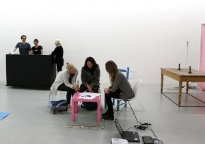 Die KunstFReunde und ihre Besucher beim Dichten.
