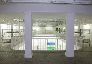 Die oberen Räume des Kunstvereins mit den Objekten der Künstler Lukas Quietzsch und Philipp Simon.