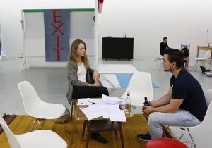 Gründungsmitglied Hanna Teppe bei einem Gespräch über die Objekte des Künstlers Berthold Reiß.