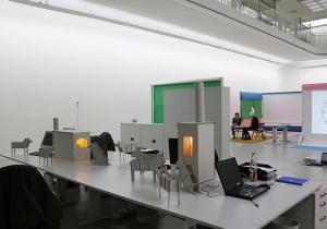 Schreibtisch der Angestellten des Kunstvereins, integriert in die Ausstellung, mit Werken von Lukas Quietzsch und Philipp Simon.