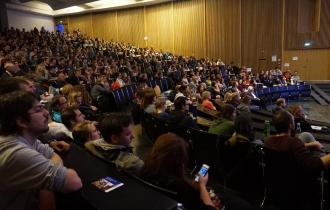 21 Uhr: Die Zuhörer und Zuhörerinnen belegen die letzten freien Plätze.