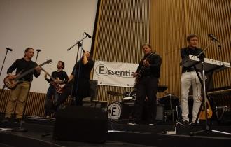 The Essentials heizen als erste Band des Abends der Meute ein.