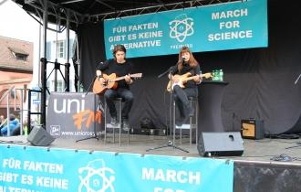 Die Abschlusskundgebung wurde unter anderem von Debbie Ela und Arthur Schlichting musikalisch unterstützt.