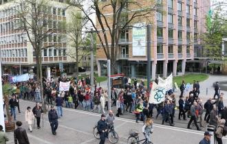 … schlängelte sich die Demo durch die Freiburger Innenstadt.