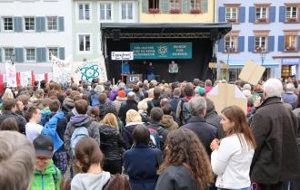 Viel los war vor der Bühne bei der Abschlusskundgebung auf dem Augustinerplatz.