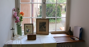 Mit entsprechender Dekoration wird versucht, die Besucher in das Leben eines Älteren versetzten zu lassen.