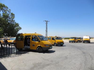 Die gelben Sammeltaxis, sogenannte Services, warten vor der Uni auf Fahrgäste.