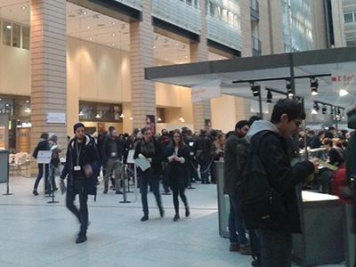 Das Berlinale Service-Center. Dort hat man sich für Tickets als Akkreditierter angestellt.