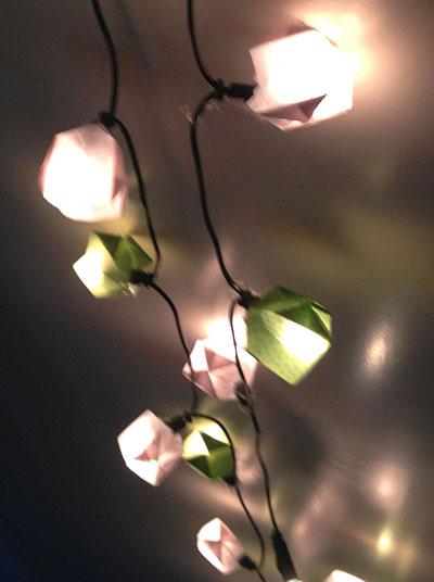 Eine selbstgebastelte Lichterkette macht jedes Zimmer gemütlich.
