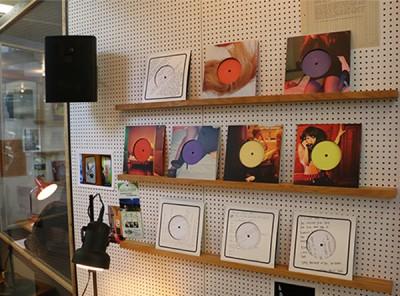 Im Inneren der Kabinen können eigenhändig Schallplatten aufgelegt werden.