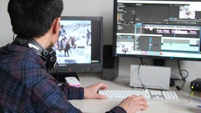 Atabak-am-Videoschnittplatz-des-Medienzentrum-uni-Freiburg-schmal
