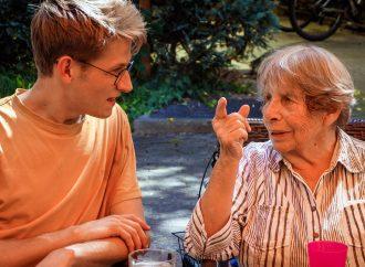 Studierende im Seniorenheim