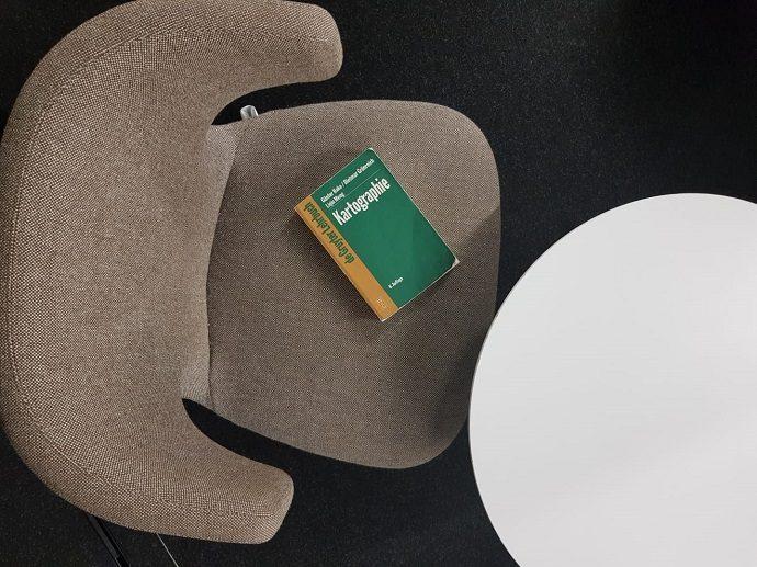 UB Dschungel Kartographie auf Stuhl