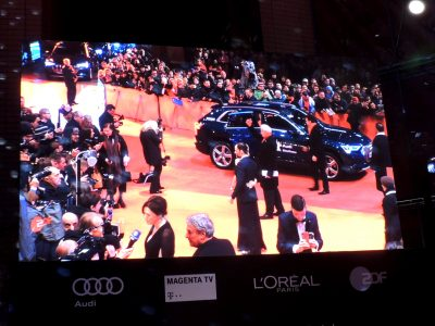 Die Filmstars werden am roten Teppich vorgefahren.